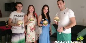 Maledivy - klienti s welcome drinkem