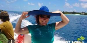 Maledivy, klientka na lodi