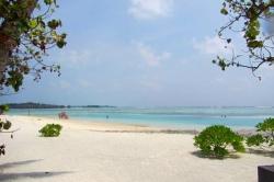 Turistická bikini pláž na Maledivách