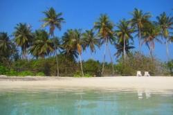 Klidná hladina moře na bikini pláži