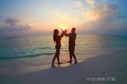 na pláži při západu slunce