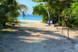 cesta na pláž na ostrově Omadhoo