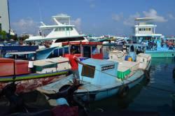 lodě v přístavu u trhů