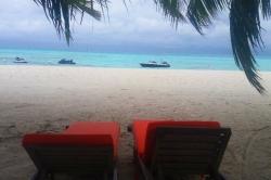 Lehátka resortu na Maledivách