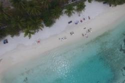 Maledivy, Huraa, bikini beach z dronu