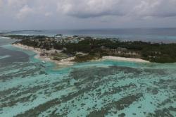 Maledivy, Huraa, bikini beach a ostrov Huraa z dronu