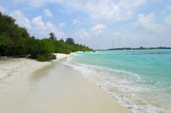 písečná pláž na Maledivách