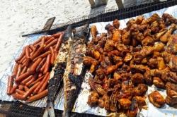 grilované rybí a kuřecí maso na výletě