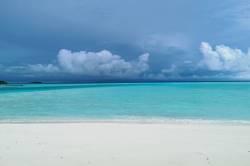 tyrkysové moře na Maledivách