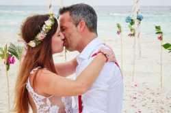 novomanželský polibek na Maledivách