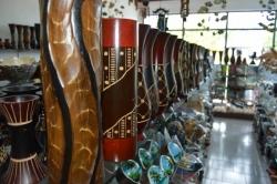 dřevěné vázy v obchodě