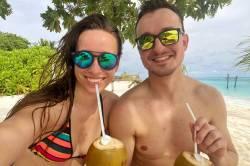 Lenka a Petr s kokosem na pláži