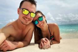 Zamilovaný pár na pláži Malediv