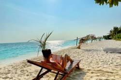 Krásná Lenka v lehátku na pláži