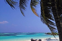 turistická bikini pláž s lehátky