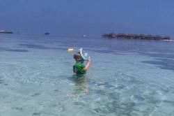Dovolená na Maledivách - syn se učí šnorchlovat