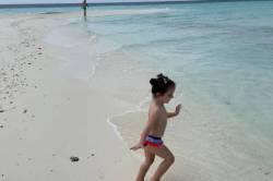 dítě si hraje v moři