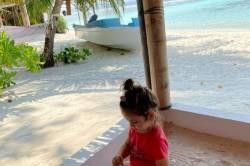 dítě na pískovišti u pláže
