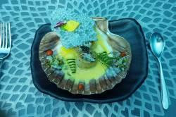 servírování v podvodní restauraci na Maledivách