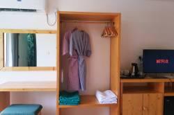 skříň v pokoji