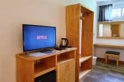 skříň a TV