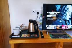 stoleček s TV a rychlovarná konvice