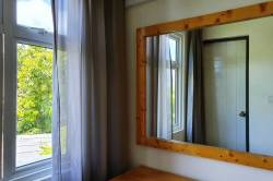 zrcadlo a otevřené okno