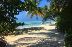 vstup na pláž na ostrově Mathiveri