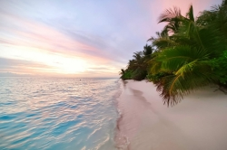 západ slunce na pláži ostrova Thoddoo