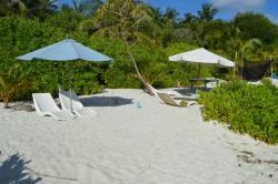 Pláž a lehátka na pláži