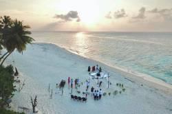 podhled z dronu na svatbu na pláži