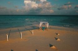nazdobená pláž maledivy