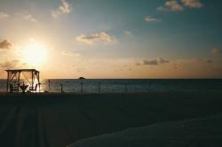 romantický altánek na pláži při západu