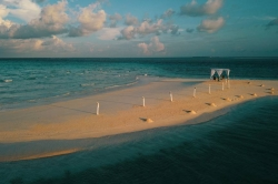 sandbank přichystaný na svatební obřad