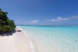 písečná pláž Maledivy