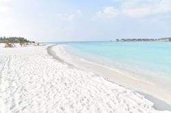 Turistická pláž po rekonstrukci s výhledem na Club Med Kani