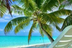 lehátka na pláži ostrova Vashafaru