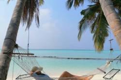 odpočinek v houpací sítí na pláži