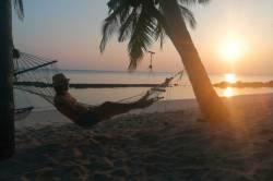odpočinek na pláži v síti při západu slunce