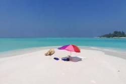 slunečník na sandbanku