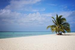 pláž resortu na Maledivách