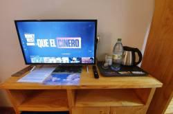 TV stolek a rychlovarná konvice