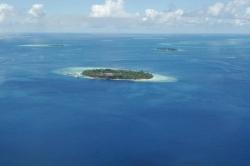 Jeden z atolových ostrůvků Malediv