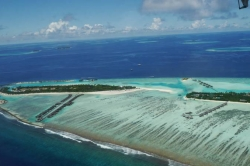 Maledivský atol z vyhlídkového letadla