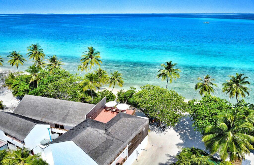 letecký pohled na hotel, palmy a moře