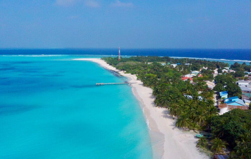 Letecký pohled na pláž a ostrov Vashafaru