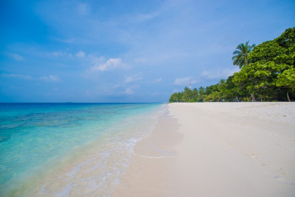 pláž na ostrově Dharavandhoo bez lidí