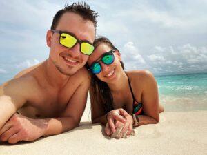 Mladý pár na pláži Maledivy